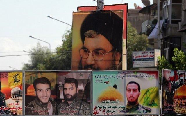 Un fichier image pris le 21 septembre 2015 montre un portrait de Hassan Nasrallah (en haut), le chef du mouvement du Hezbollah du Liban, et des portraits de membres tués au combat affichés dans une rue de la capitale syrienne, Damas. (Crédit : AFP PHOTO / JOSEPH EID)