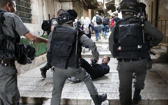 Un Palestinien allongé sur une ruelle menant au mont du Temple dans la Vieille Ville de Jérusalem après des échauffourées avec la police anti-émeute israélienne le 14 septembre 2015 (Crédit : AFP PHOTO / THOMAS COEX)