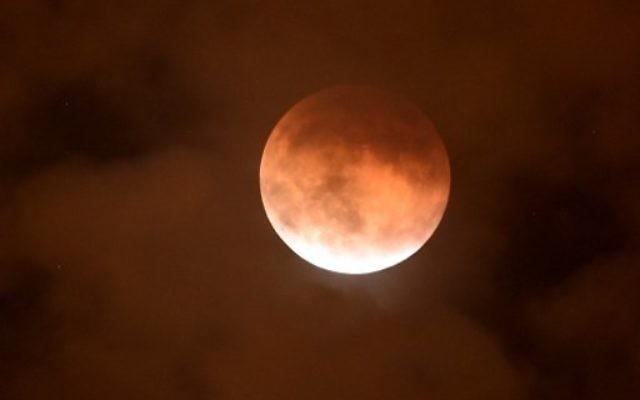 La lune de sang visible depuis Burbank, en Californie, le 27 Septembre 2015. (Crédit : Kevin Winter/Getty Images/AFP)