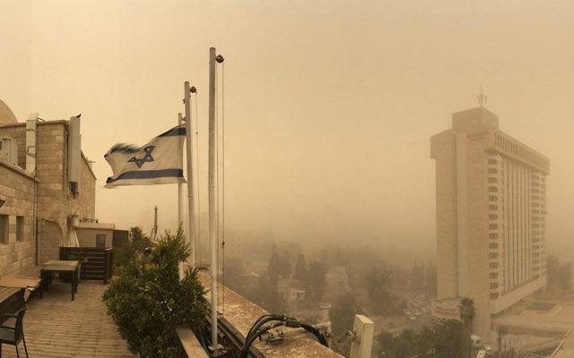 Vue d'un toit du ciel devenu flou pendant une tempête de sable à Jérusalem, le 8 septembre, 2015 (Crédit : Joe Hyams)