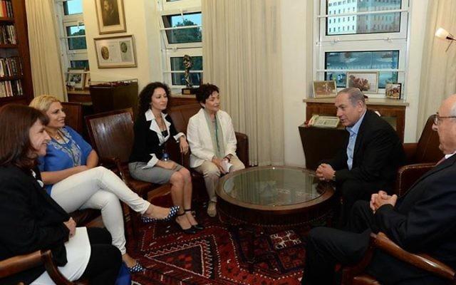 Benjamin Netanyahu rencontre les responsables de l'ONG Women Wage Peace - 1er septembre 2015 (crédit : Facebook/Page de Benjamin Netanyahu)
