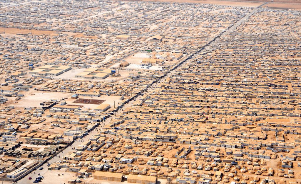 Vue du camp de réfugiés syriens Zaatri d'un hélicoptère transportant le secrétaire d'Etat américain John Kerry et le ministre jordanien des Affaires étrangères Nasser Judeh, le 18 juillet 2013. (Département d'État/Public Domain)