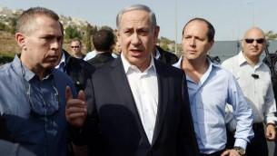 Le Premier ministre Benjamin Netanyahu le ministre de la Sécurité intérieure, Gilad Erdan et le maire de Jerusalem Nir Barkat, le 16 septembre 2015 (Crédit : Amos Ben Gershom/GPO)