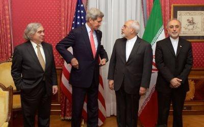 De gauche à droite, Ernest Moniz, John Kerry, et Mohammad Javad Zarif et Ali Akhbar Salehi en Suisse en mars 2015 (Crédit: Département d'Etat américain)