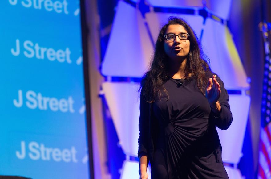 Amna Farooqi à la conférence nationale de J Street, en mars 2015 (Crédit : J Street / JTA)