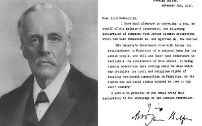 Lord Arthur James Balfour, secrétaire aux Affaires étrangères du Royaume-Uni en 1917, et le texte de la déclaration qui porte son nom et soutient l'établissement d'un foyer national juif en Palestine. (Crédit : Domaine public/Wikipédia)