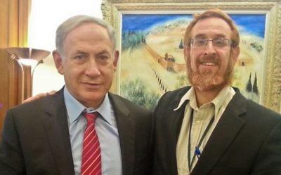 Benjamin Netanyahu et le rabbin Yehuda Glick avec le guide rédigé par Yehuda Glick sur le mont du Temple, le 19 août 2015. (Crédit : autorisation Yehuda Glick)
