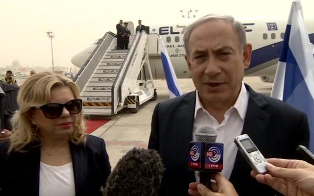 Sara et Benjamin Netanyahu avant leur départ pour Londres - 9 septembre 2015 (Crédit : capture d'écran YouTube)