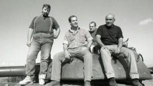 Avigdor Kahalani (à droite) et son équipage photo des années plus tard, sur un char syrien (Crédit : IDF)