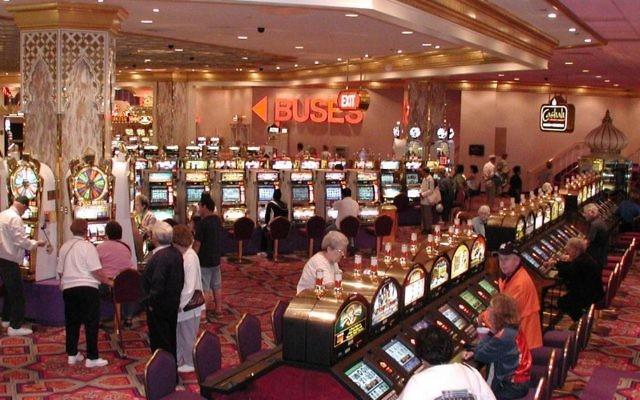 Machines à sous dans un casino à Atlantic City aux États-Unis en 2006. (Crédit : CC BY-SA Wikimedia Commons)