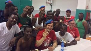 Des bénévoles de l'organisme de charité italien City Angels avec des réfugiés africains. (Mario Furlan, City Angels)