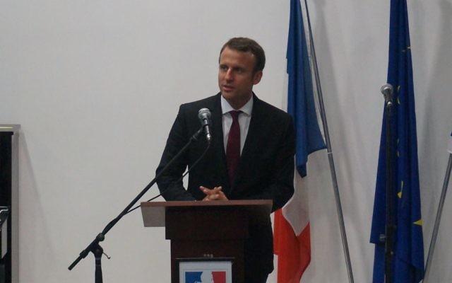 Emmanuel Macron au Collège-Lycée Mikvé Israël le 6 septembre 2015 (Crédit : Charlotte Guimbert)