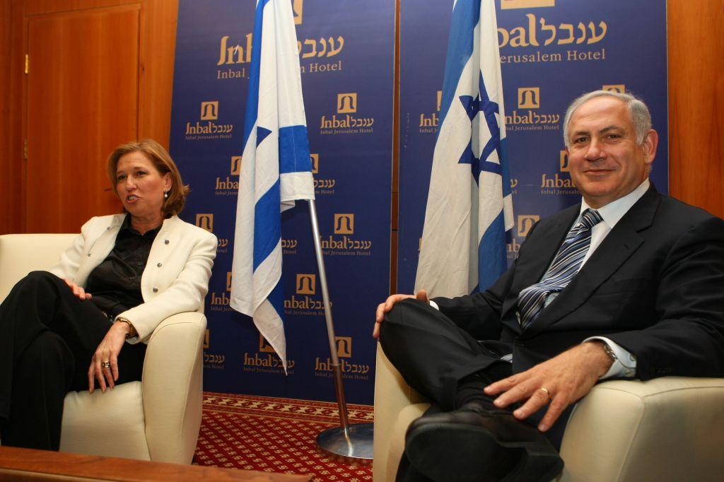 Présidente à l'époque de Kadima, Tzipi Livni rencontrant le chef du Likud, Benjamin Netanyahu, à Jérusalem, le dimanche 22 février 2009 (Crédit : Kobi Gideon / FLASH90)