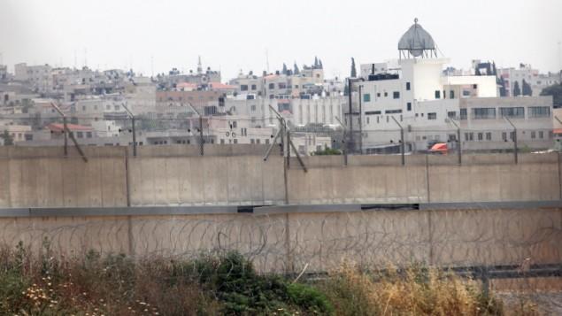 Qalqilya, vu depuis la barrière de sécurité en Cisjordanie, en 2009. (Crédit : Yossi Zamir/Flash90)