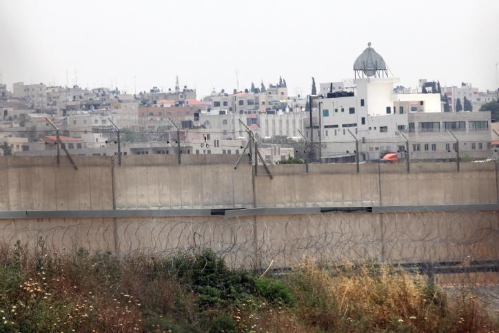 Qalqilya, vu derrière la barrière de sécurité en Cisjordanie, en 2009 (Crédit : Yossi Zamir / Flash90)
