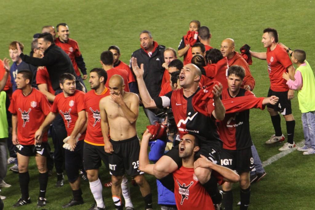 La première équipe possédée par les fans en Israël, Hapoel Katamon, célébrant une victoire (Crédit : Yossi Zamir / flash 90)