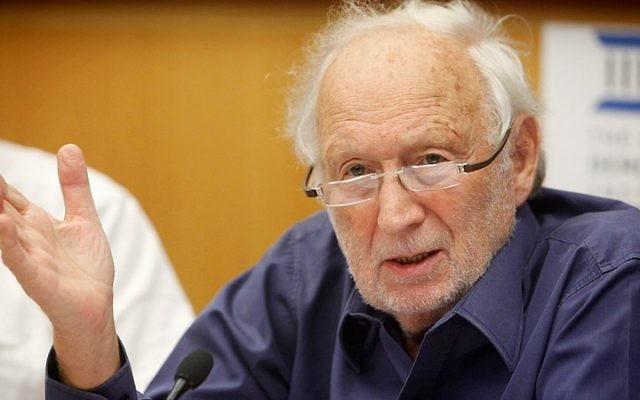 Mishael Cheshin, juge à la retraite qui a servi à la Cour suprême de 1992 à 2006, participe à une discussion à l'Institut démocratique d'Israël à Jérusalem, le 17 octobre 2012. (Miriam Alster / FLASH90)