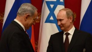 Le président russe Vladimir Poutine (à droite) et le Premier ministre israélien Benjamin Netanyahu à  une conférence de presse conjointe après leur réunion au Kremlin à Moscou, le 20 novembre 2013 (Crédit : Kobi Gideon / GPO / Flash90)