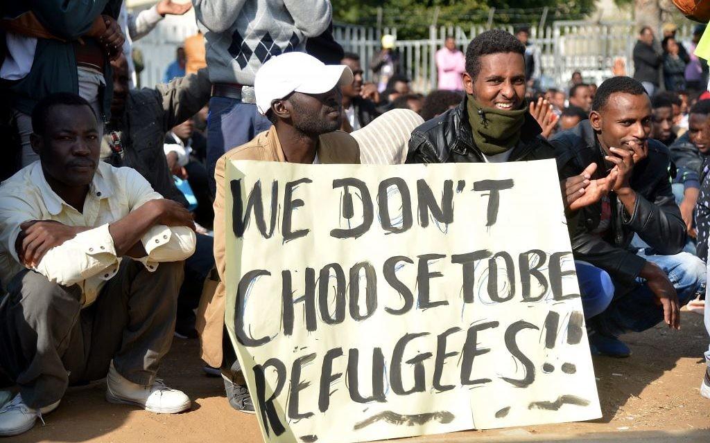 """""""On ne choisit pas d'être des réfugiés"""", peut-on lire sur la pancarte tenue par des migrants africains lors d'un sit-in à Levinsky dans le sud de Tel Aviv en janvier 2014 (Crédit :  Yossi Zeliger/Flash90)"""