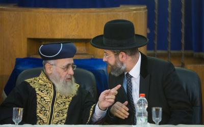 Le Grand rabbin ashkénaze d'Israël David Lau, à droite, et son homologue séfarade Yitzhak Yosef à Jérusalem, le 4 Septembre 2014. (Crédit : Yonatan Sindel/Flash90)