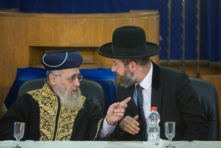 Le Grand rabbin ashkénaze d'Israël David Lau (Rà droite) et Yitzhak Rabbin sépharade Yosef à Jérusalem le 4 Septembre, 2014 (Crédit : Yonatan Sindel / Flash90)