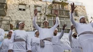 Les hommes et les femmes juives assister à un sacrifice de la Pâque à Jérusalem le 30 Mars 2015 (Danielle Shitrit / Flash90)