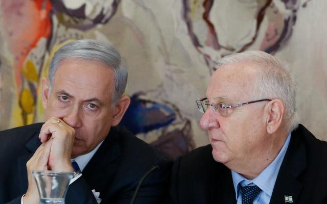 Le Premier ministre, Benjamin Netanyahu (à gauche) avec le président Reuven Rivlin lors de la session inaugurale de la 20e Knesset, le 31 mars 2015. (Crédit : Miriam Alster / Flash90)