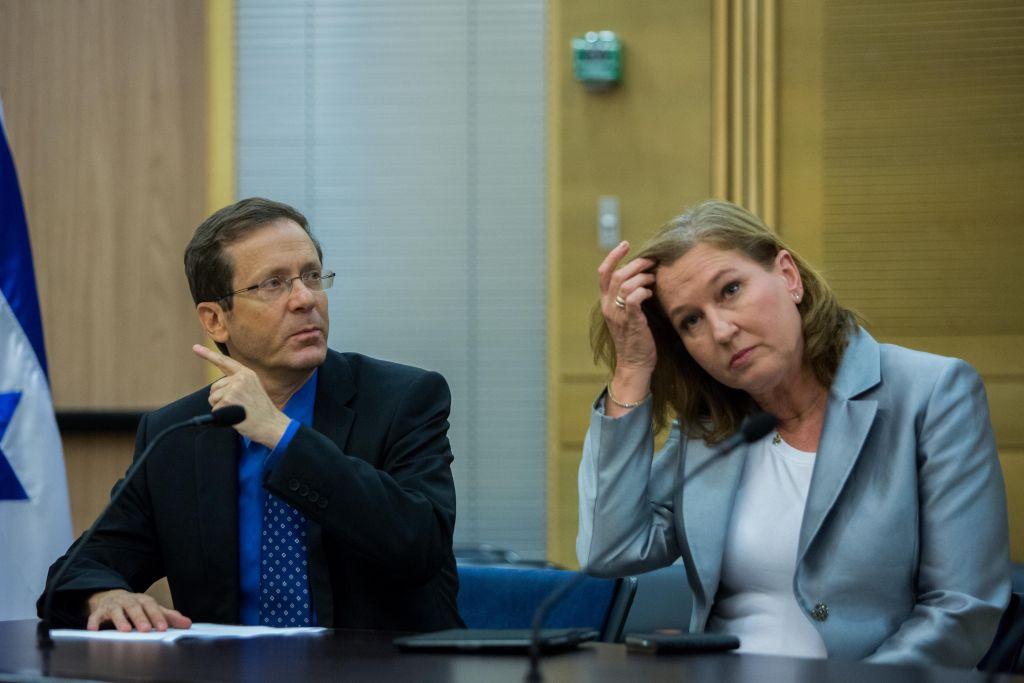 La députée Tzipi Livni et le chef de l'Union sioniste Isaac Herzog lors d'une conférence de presse conjointe à Jérusalem le 14 juillet 2015 (Crédit : Yonatan Sindel / Flash90)