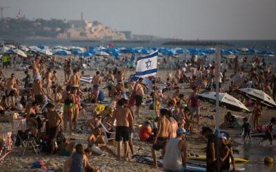 Affluence à la plage de Tel Aviv pendant une chaude journée. Illustration. (Crédit : Miriam Alster/Flash90)