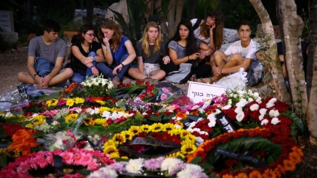 Les amis de Shira Banki autour de sa tombe après son enterrement le 3 août 2015. Banki a été poignardé au cours de la Gay Pride de Jérusalem et est décédée plus tard des suite de ses blessures (Crédit : Flash90)