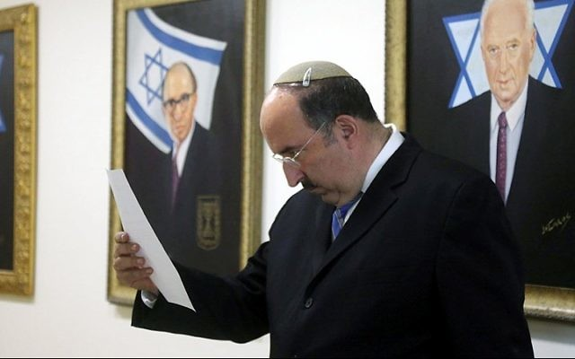Le directeur du ministère des Affaires étrangères, Dore Gold, à la réunion hebdomadaire du cabinet à Jérusalem, le 5 août 2015 (Crédit : Marc Israel Sellem / Flash90)