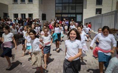 Les enfants sur leur chemin de l'école le jour de la rentrée, le 1er septembre. (Crédit : Gershon Elinson / Flash90)