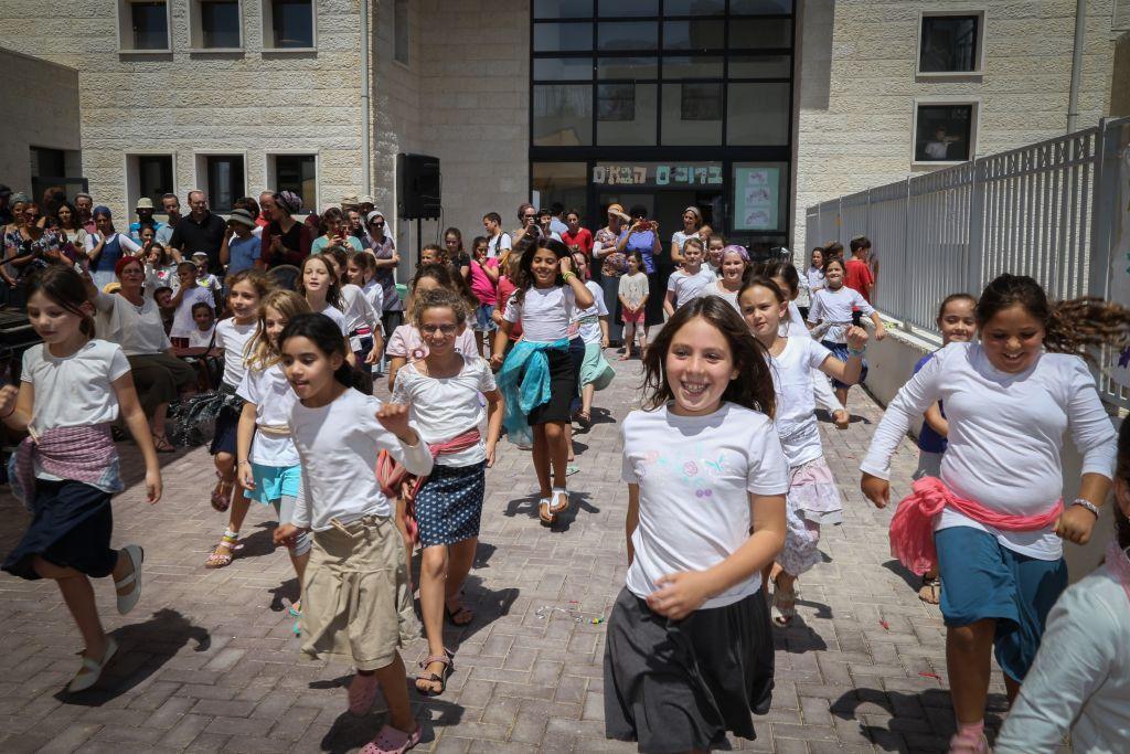Les enfants sur leur chemin de l'école le premier jour de l'année scolaire le 1er septembre (Crédit : Gershon Elinson / Flash90)