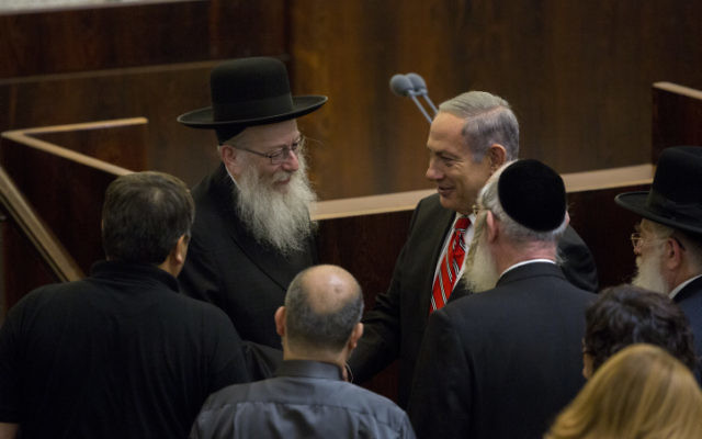 Le ministre de la Santé, Yaakov Litzman, (à gauche) avec le Premier ministre Benjamin Netanyahu après avoir prêté serment en tant que ministre de la Santé  à la Knesset le 2 septembre 2015 (Crédit : Yonatan Sindel / Flash90)