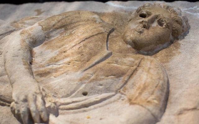Sarcophage de l'époque romaine que des ouvriers israéliens ont découvert à Ashkelon (Crédit : Yonatan Sindel/Flash90)
