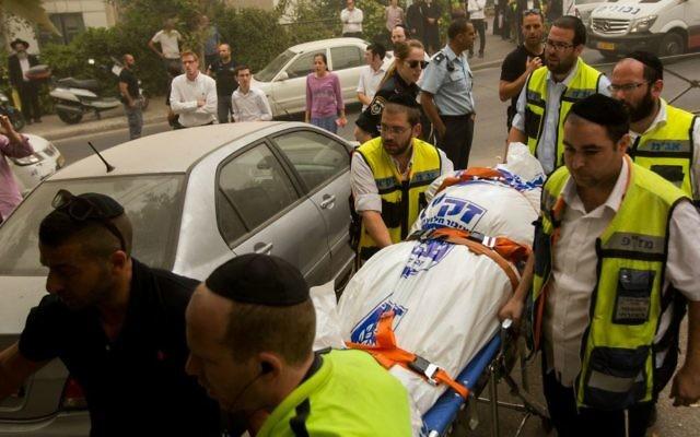 Les secouristes de  Zaka portent un corps dans le quartier de Romema à Jérusalem, où un couple a été retrouvé mort après avoir inhalé du gaz, le mardi 8 septembre 2015 (Crédit : Yonatan Sindel / Flash90)