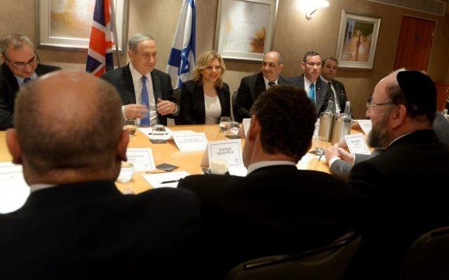 Le Premier ministre israélien Benjamin Netanyahu et son épouse Sara rencontrant les dirigeants juifs du Royaume-Uni, y compris le Grand Rabbin Ephraïm Mirvis (en bas à droite) à Londres, le 9 septembre 2015 (Crédit : Avi Ohayon / GPO)