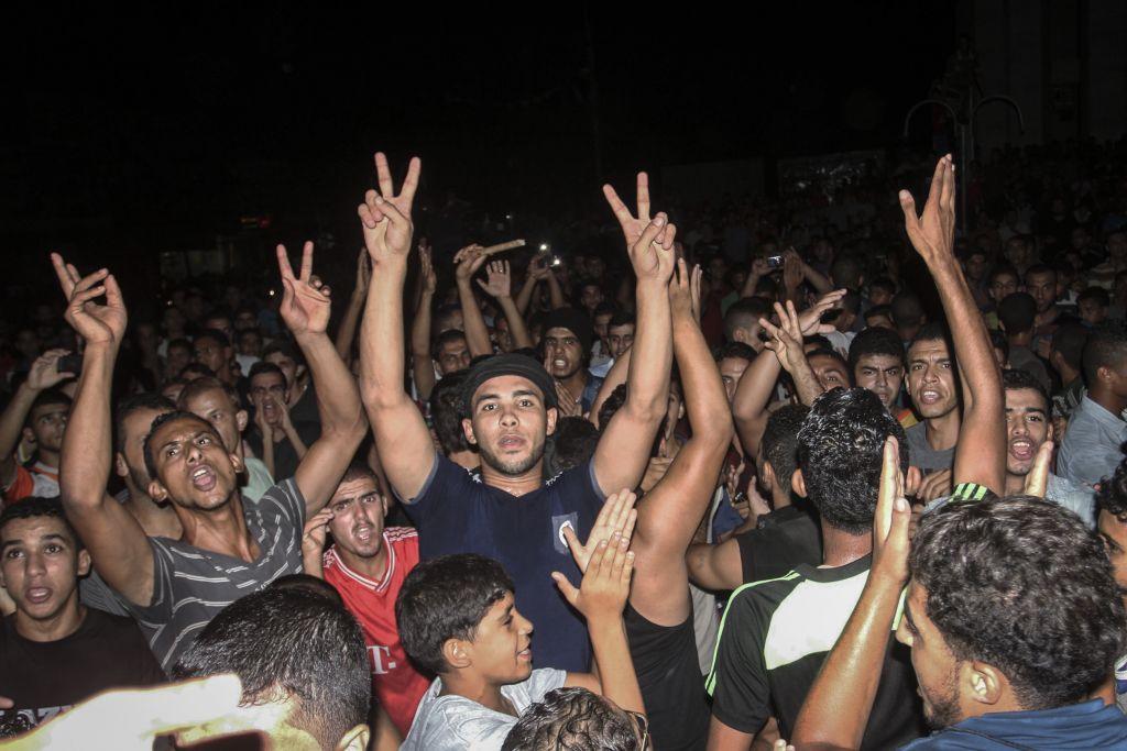 Des Palestiniens prennent part à une manifestation contre une crise de l'électricité à Rafah dans le sud de la bande de Gaza, le 14 septembre 2015. (Abed Rahim Khatib/Flash90)
