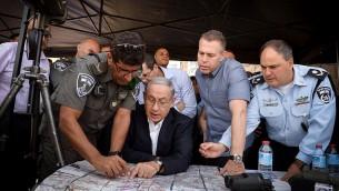 Le Premier ministre Benjamin Netanyahu et le ministre de la Sécurité intérieure, Gilad Erdan, en tournée Jérusalem à la suite des récents affrontements dans la Vieille Ville de Jérusalem, le 16 septembre 2015 (Crédit : Amos Ben Gershom / GPO)