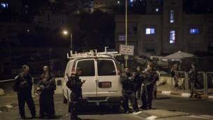 La police des frontières israélienne fermant l'entrée de la ville arabe de Sur Baher, près du lieu de l'attaque meurtrière contre Alexander Levlovitch, le 16 septembre 2015 (Crédit : Hadas Parush / FLASH90)