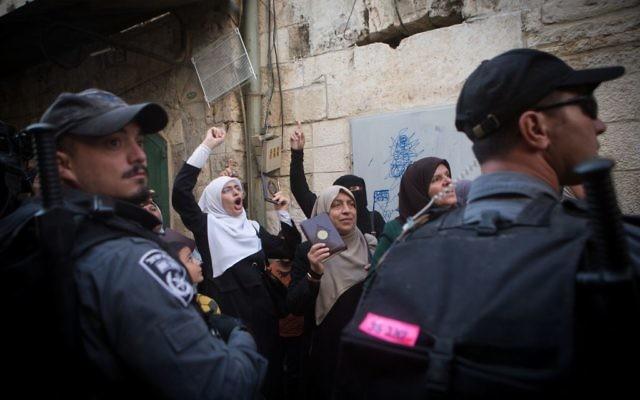 Les femmes musulmanes palestiniennes du groupe  Muoribatat criant des slogans et tenant le Coran lors d'une manifestation contre la police dans la Vieille Ville de Jérusalem le 17 septembre 2015 (Crédit : Miriam Alster / Flash90)