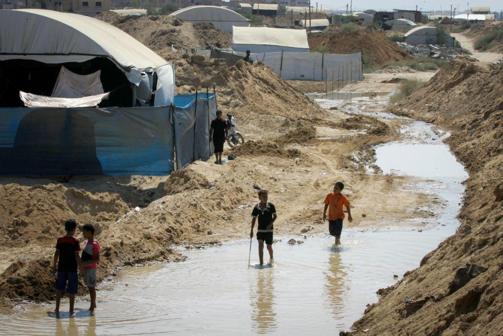 Des Palestiniens inspectent les dégâts après que les forces égyptiennes ont inondé des tunnels de contrebande creusés sous la frontière entre Gaza et l'Egypte, à Rafah, dans le sud de la bande de Gaza, le 18 septembre 2015. (Abed Rahim Khatib/Flash90)