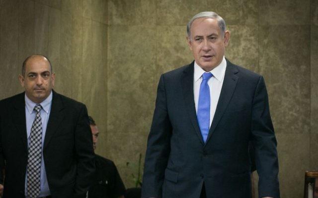 Benjamin Netanyahu arrivant à la réunion hebdomadaire du cabinet à Jérusalem le 20 septembre 2015 (Crédit : Ohad Zwigenberg / POOL)