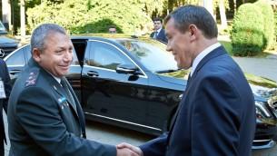 Le chef d'état-major de Tsahal Gadi Eisenkot (à gauche) rencontre le chef d'état-major de l'armée russe Valery Grasimov à Moscou, en Russie, le 21 septembre 2015 (Crédit : Porte-parole de l'armée israélienne)