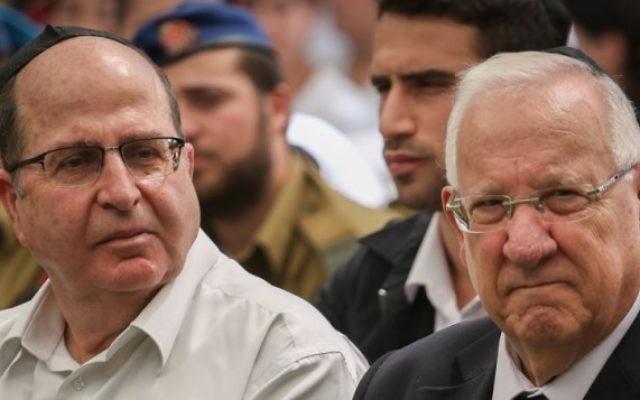 Reuven Rivlin, à droite, et le ministre de la Défense Moshe Ya'alon vus à une cérémonie marquant les 42 ans depuis la guerre de Yom Kippour, tenue au cimetière militaire du mont Herzl à Jérusalem, le 24 septembre, 2015. (Crédit :Hadas Parush / Flash90)