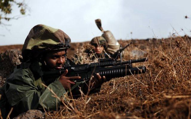 Un soldat israélien portant un casque recouvert d'un mitznefet (Crédit : Wikimedia Commons / Matanya / Flickr CC BY-SA 2.0)