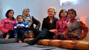 Dr Georgette Bennett, chef de l'Alliance multiconfessionnelle pour les réfugiés syriens, avec une famille dans le camp de réfugiés de Jordanie Zaarati en février 2015. (Crédit : Autorisation)
