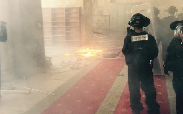 De nouveaux affrontements ont éclaté entre la police israélienne et les émeutiers palestiniens sur le mont du Temple à Jérusalem, le 28 Septembre 2015 (Crédit : Police israélienne)