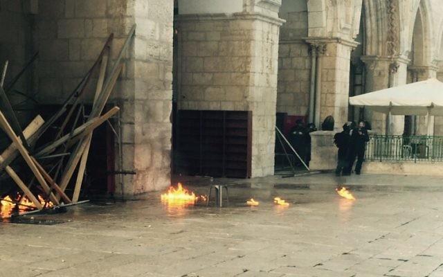 De petits incendies ont éclaté sur le mont du Temple après que les émeutiers palestiniens ont  jeté des cocktails Molotov sur les forces de police israéliennes, le lundi 28 septembre 2015 (Crédit : police israélienne)
