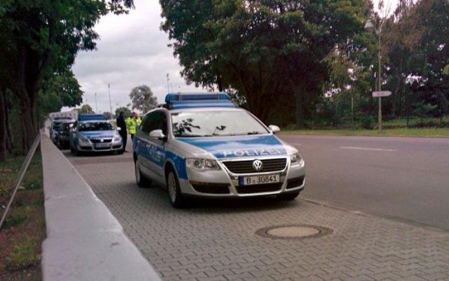 Des agents de police à l'intérieur du Parc olympique de Berlin,  en août 2015, où les Maccabiades ont eu lieu. (Crédit : Ilan Ben Zion / Times of Israël)